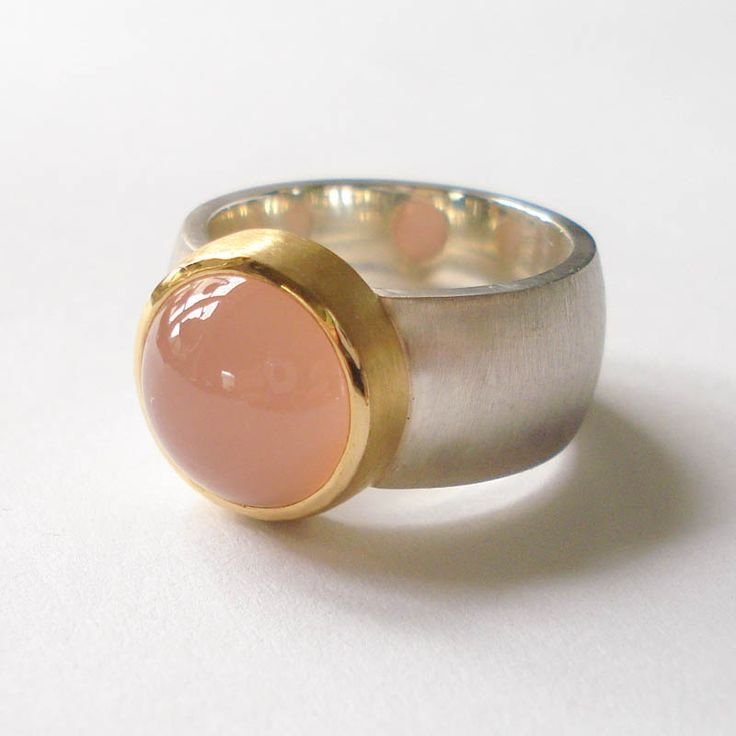 Silver ring with a pink chalcedony set in 22 karat gold. Visit our webshop: www.hoogenboombogers.com