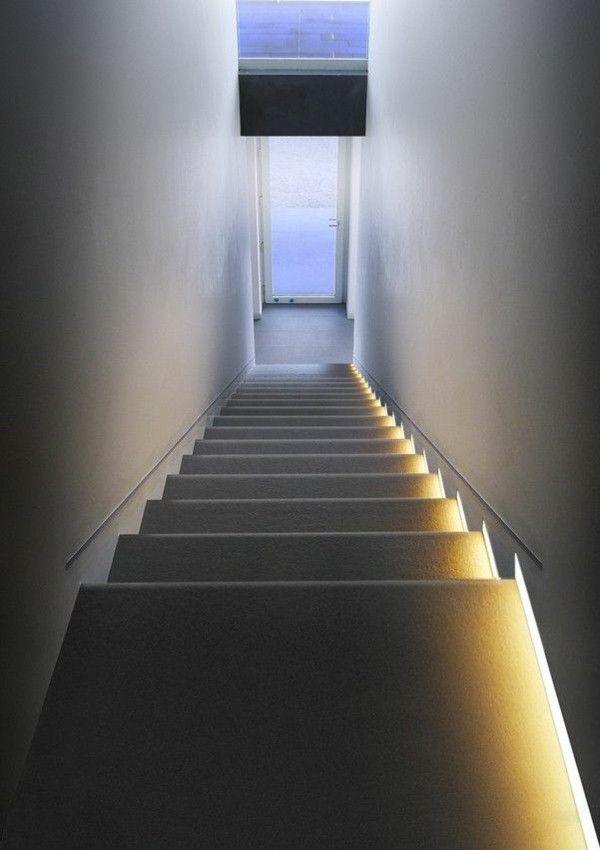 idee für beleuchtung der treppe durch indirekter wandbeleuchtung