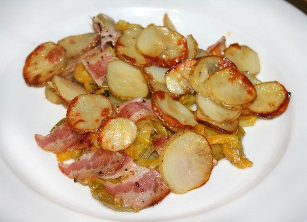 Запечёный молодой картофель с беконом и овощами