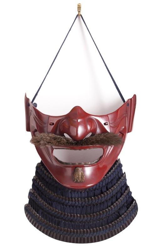 Masque samouraï. Plus qu'une simple protection pour le visage, il s'agit aussi d'une arme psychologique puisqu'il permet de déconcentrer l'adversaire. Couvrant le menton, les joues et le nez, le menpo (demi-masque) apparaît au 16e siècle. Les masques rouges – qui annoncent la férocité – sont rares.   Collection Richard Béliveau, photos : © Alain Lefort.