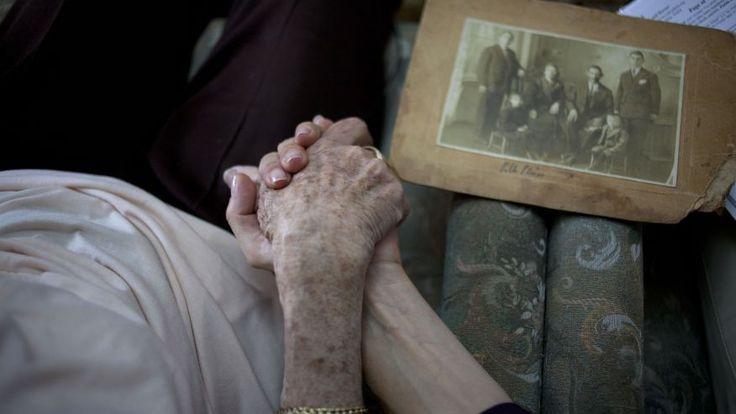 Nueva ley rumana aprobada beneficia sobrevivientes del Holocausto - http://diariojudio.com/noticias/nueva-ley-rumana-aprobada-beneficia-sobrevivientes-del-holocausto/218350/