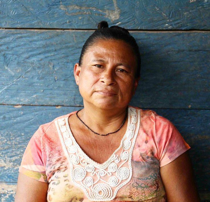 Det här är Ermicinda Díaz. Hon berättar att bara för ett par år sedan kunde de fiska i floden som rinner precis bredvid byn Sikilta i Nicaragua. Vi kunde fiska stora fiskar som räckte för att mätta hela familjen. Men nu finns det ingen fisk på grund av föroreningar och överfiske. Våra gränser och vår mark är inte respekterade säger hon. Idag lever de istället i stor utsträckning av småskaligt jordbruk och Ermicinda Díaz har genom Diakonias samarbetsorganisation IPADE fått utbildning i…