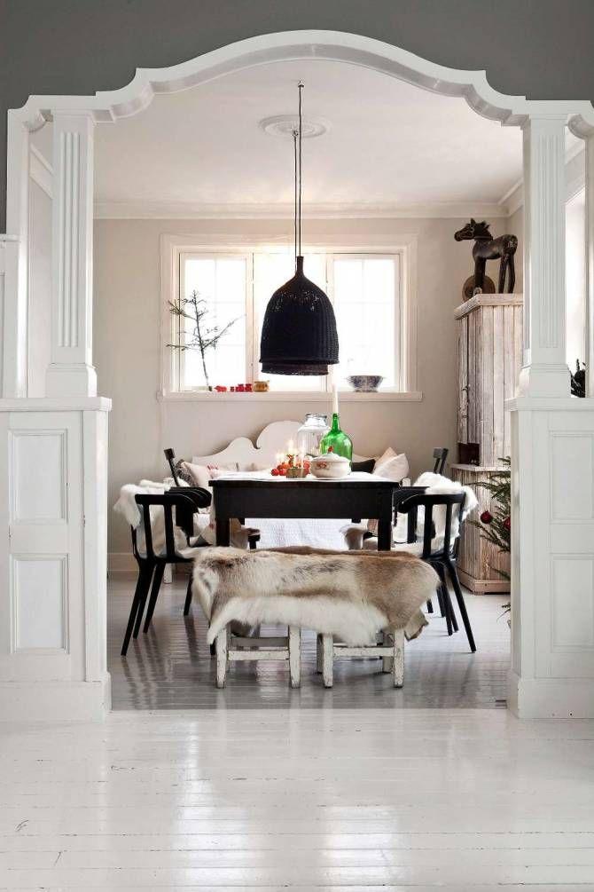 Hon blandar blankt och matt, varmt och kallt samt gammalt och nytt. Att bygga på kontraster är viktigt. Marie hittar ofta möbler på auktioner och loppisar som hon renoverar och målar. Visst finns det Ikea-möbler även här men Marie föredrar det redan nötta istället för att köpa nytt.