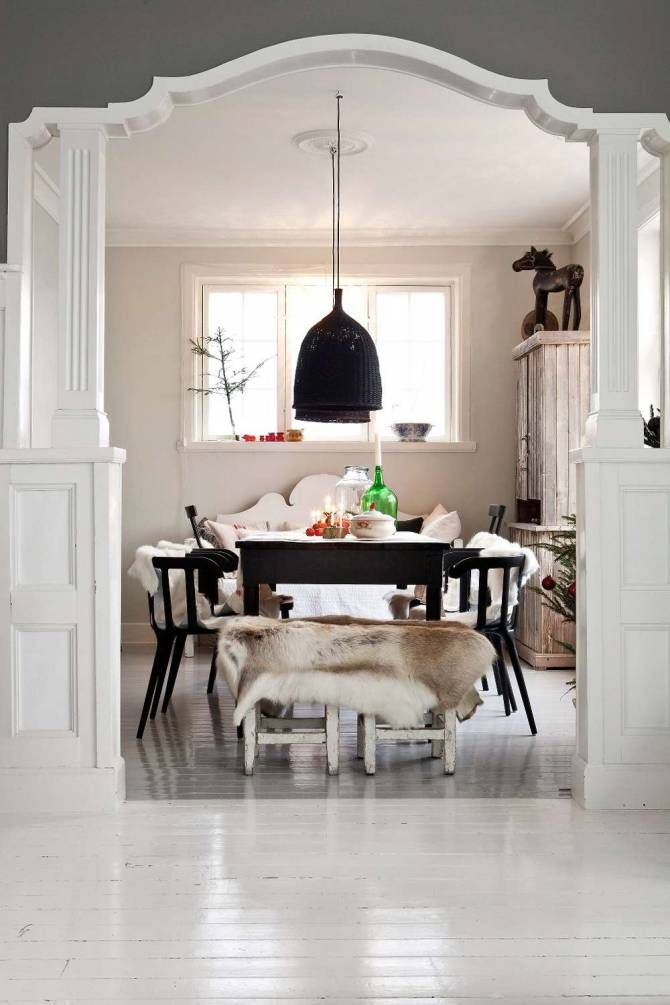 VACKER JUL I BJÖRKETORP: Hon blandar blankt och matt, varmt och kallt samt gammalt och nytt. Att bygga på kontraster är viktigt. Marie hittar ofta möbler på auktioner och loppisar som hon renoverar och målar. Visst finns det Ikea-möbler även här men Marie föredrar det redan nötta istället för att köpa nytt | L A N T L I V