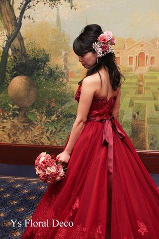 赤いドレスにニュアンスピンクのラウンドブーケ ys floral deco @ウェスティンホテル東京
