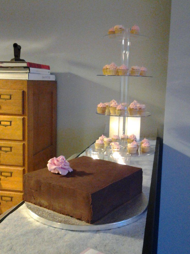 Cupcakes og bryllupskage med chokoladeovertræk fra Cakes by L