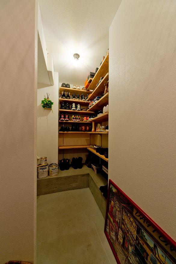 玄関に設けたシューズインクローゼット イラストやペンキ缶を