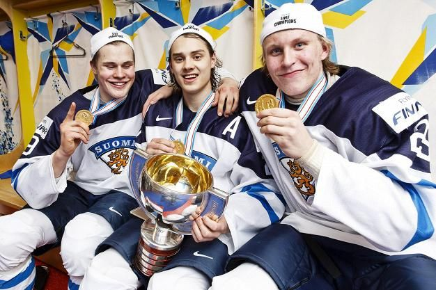 Jesse Puljujärvi, Sebastian Aho ja Patrik Laine kopissa MM-finaalin jälkeen.