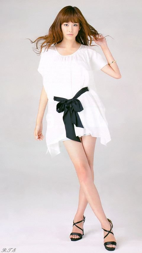 白いゴージャスな服を着る桐谷美玲