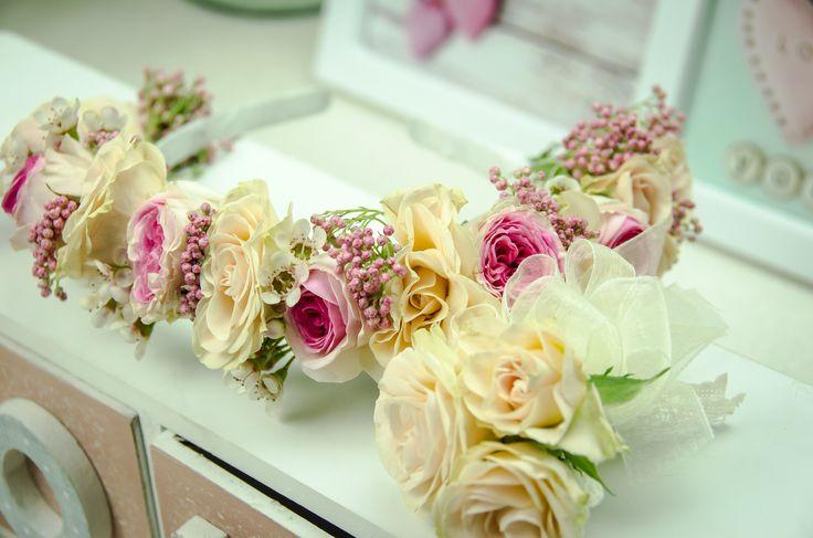 Coroniță de flori și cocarde din flori naturale.