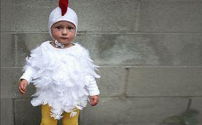 Inspiration, alle Accessoires und eine Schmink-Anleitung, damit du dein Huhn Kostüm selber machen kannst.