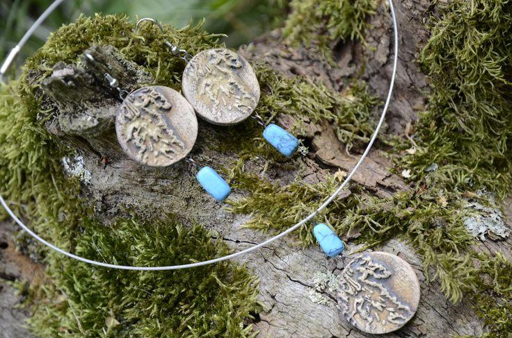 Sada keramických šperků (07) Sadu autorských šperků zkolekce NATURA. Každý kus je originál. Celková délka náušnic: 7 cm Průměr obruče náhrdelníku: 17 cm