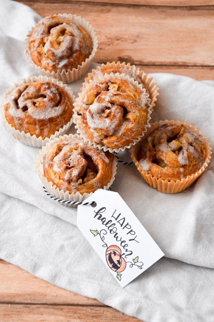 Süßes sonst gibts Saures! 🎃👻 Wir haben uns natürlich für Süßes entschieden, nämlich für einfache und schnelle Zimtschnecken. Ihr könnt die Zuckerglasur mit schwarzer Lebensmittelfarbe färben, dann sehen sie etwas unheimlicher aus! 😉 Heute gibt es nicht nur das Rezept sondern auch ein Printable am Blog! 🎃