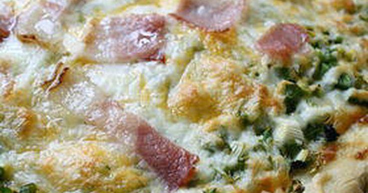 チーズの下で蒸されたネギの甘みが美味しいマヨネーズピザ