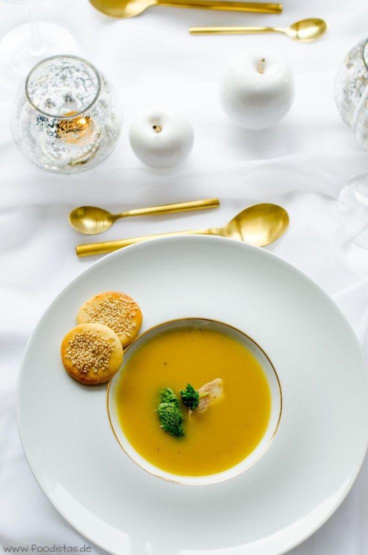 Winterzeit ist für mich auch immer Suppenzeit. Im Sommer esse ich nicht so gerne Suppen, dafür im Winter umso lieber. Egal ob eine klare Hühnersuppe, eine kräftige Rindersuppe oder eine köstliche Gemüsesuppe. Als es dann um unser Weihnachtsmenü ging, stand für mich direkt fest, dass es als Vorspeise eine Suppe geben muss. Und diese ist natürlich hervorragend vorzubereiten.