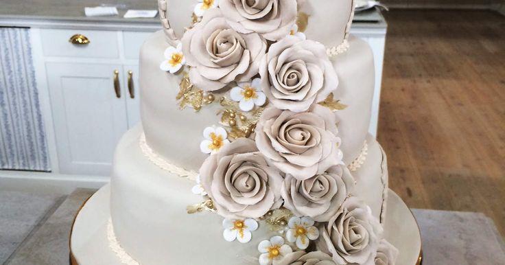 Våningstårta med hallonmousse, citronmousse, vinbärscoulis och marängsmörkräm. Dekorera den med imponerande rosor som Gunilla eller efter eget tycke.
