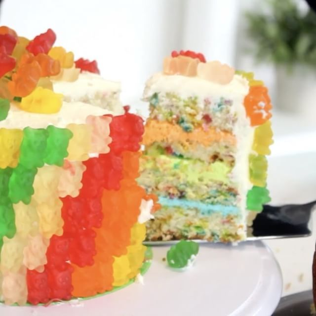 いいね!11千件、コメント334件 ― Tastemadeさん(@tastemade)のInstagramアカウント: 「Gummy Bear Cake @pankobunny⠀ *Save this recipe on our app! Link in bio.⠀ INGREDIENTS:⠀ 2 cups all-…」