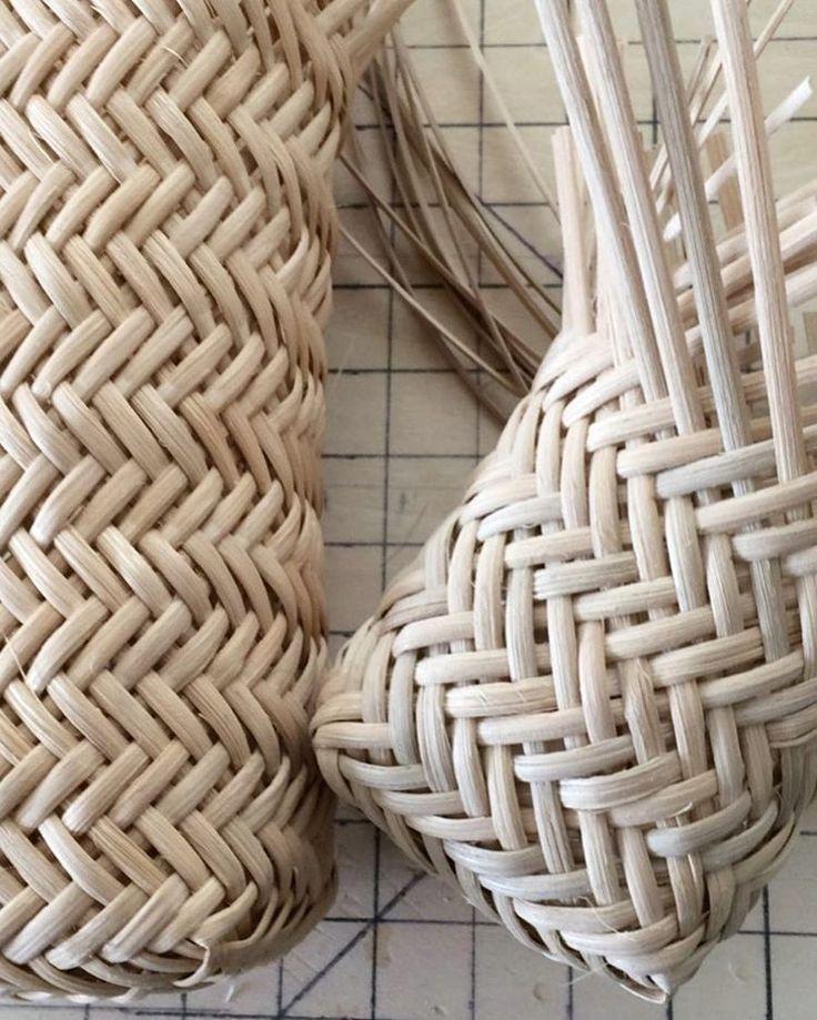 長いのできると思っていたが、短いのでした ・ 切って用意していた材料で編みました。 長い用の材料は切ってないや ・ 雨ですね☔️ 桜散っちゃうかな ・ #籐#籐かご#かご編み#ラタン #網代編み #rattan#rattanweaving#weaving #handmade#handcraft