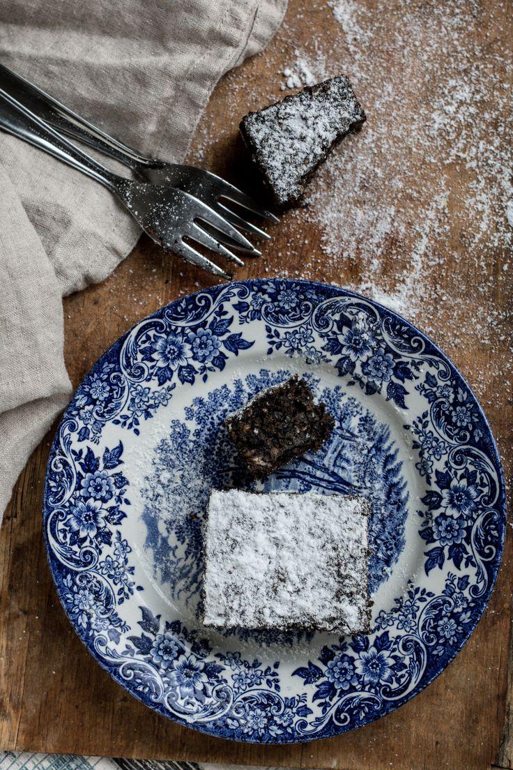 Ez a fekete szezámmagos répatorta egyszerű, egészséges, finom sütemény. Igazán jó választás a hétvégére!