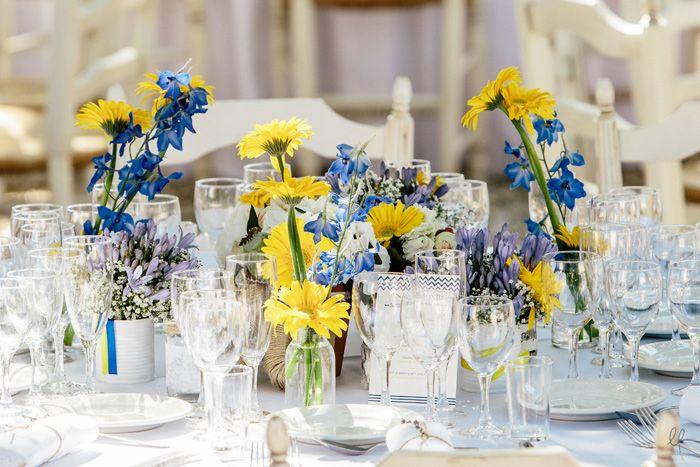 Fleurs bleu et jaune pour une table de mariage || Blue and yellow wedding decor