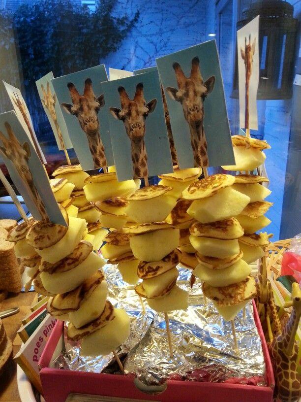 Gezonde giraf van poffertjes en appel ......healty giraf from appel and little pancakes