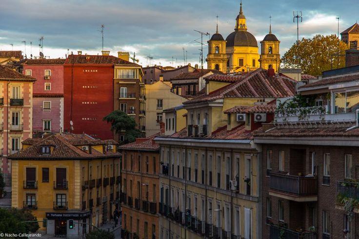 El barrio de La Latina desde el viaducto sobre la calle Segovia, al fondo la Real Colegiata de San Isidro. Atardecer madrileño, de Madrid al cielo...