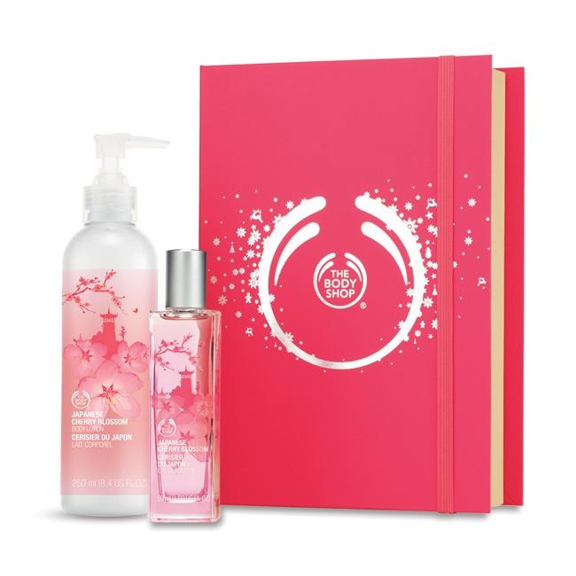 Kobiecy zestaw zawierający wodę toaletową oraz balsam do ciała o zmysłowym, kwiatowym zapachu, zachwyci każdą kobietę.