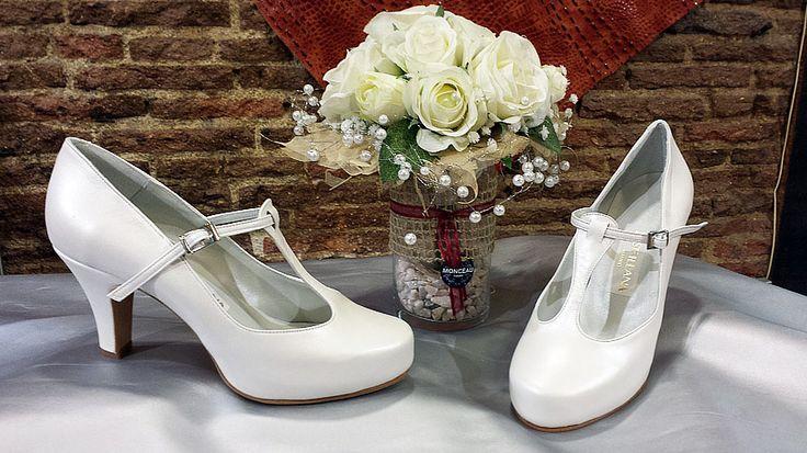 Zapatos de novia en blanco roto. Las pulseras que llevan la tira en el medio, sujetan mucho el pie, por los que además los hacen muy cómodos.