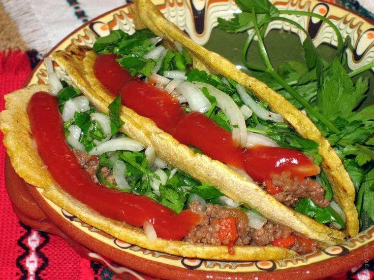Тако (такос) — это полузакрытый сандвич. Это лепешка из кукурузной муки, тортилья. Свернутая в трубочку или сложенная пополам. Внутри тортильи начинка