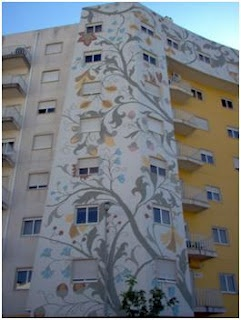 The design of the embroidered Castelo Branco bedspreads applied in the wall of a building