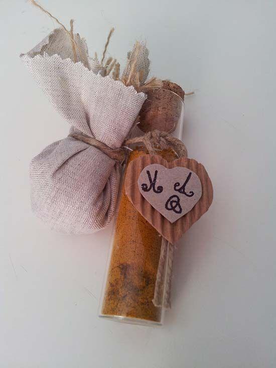 Bomboniera utile matrimonio provetta di spezie. Wedding favor spice. Vai sul blog per vedere tante altre bomboniere utili e originali! #misposoamodomio