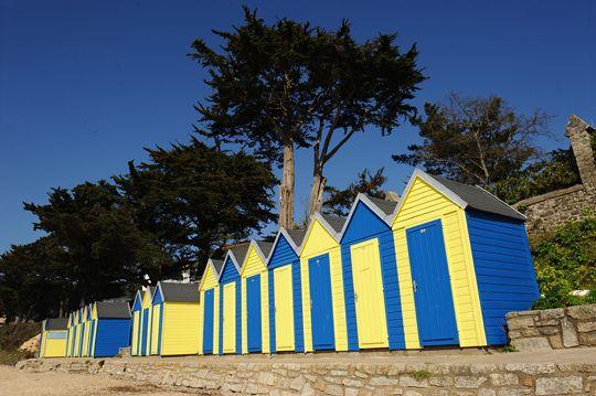 Près du port de l'Île aux Moines, sur la grande plage de sable, une série de petites cabanes de plage en bois. A ma connaissance, les seules dans tout le Golfe du Morbihan.