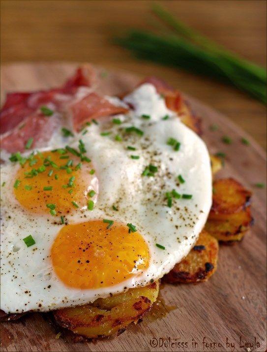 Spiegeleier: uova all'occhio di bue con speck e patate saltate in padella ! Un piatto tipico della cucina tedesca e tirolese   #foodporn #uova #speck #altoadige #patate #secondi #spiegeleier