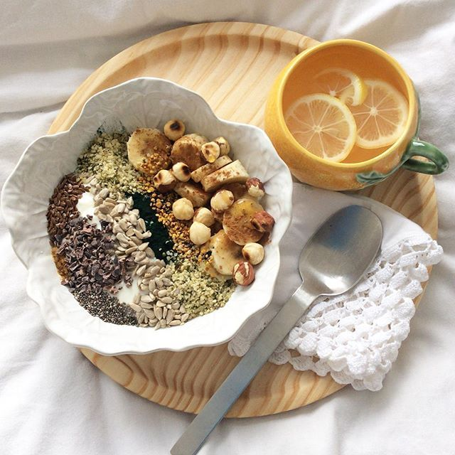 Good morning! #slowdownwithstills #organic #yogurt #banana #hazelnuts #honey #polen #spirilina #cinammon #ginger #sunflowerseeds #chiaseeds #linseeds #hempseeds #rawcacaonibs #glutenfree #sugarfree #healthyfood #breakfast #breakslow #desayuno #antiinflammatorydiet #lemontea #eatwelllivemore
