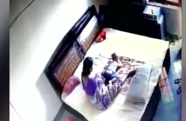Câmera flagra mãe espancando filho, vídeo