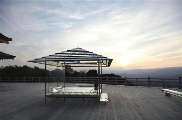 薄暮の中、厳かな表情を見せるガラスの茶室「光庵」