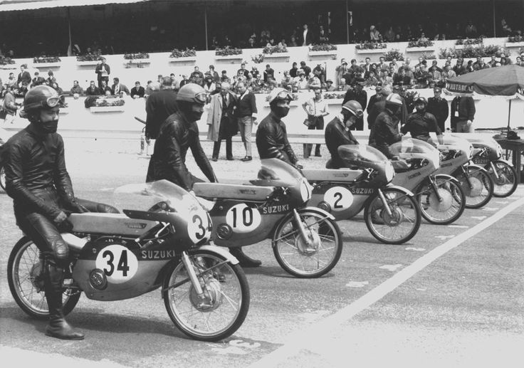 Six riders on the front line of the startingf grid: Belgian Grand Prix, Spa-Francorchamps, 4th July 1965. It is a big difference with today and three riders only on each line! This is the 50cc class, with a bunch of stars like Ernst Degner, Hugh Anderson, Mitsuo Itoh (all Suzuki), Luigi Taveri and Ralph Bryans (both Honda). Bryans and Honda would take this title, while Anderson and Suzuki would win the 125cc.
