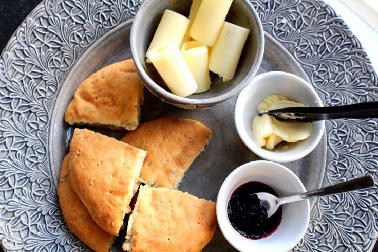 Det här receptet på glutenfria scones är det godaste sconesreceptet jag har. Alltså alla kategorier. Detta är godare än scones som är bakat med vanigt mjöl. Jag älskar det här receptet då det är lätt att variera och så är det så enkelt. Man slänger ihop det i en degbunke, plattar ut två kakor på en