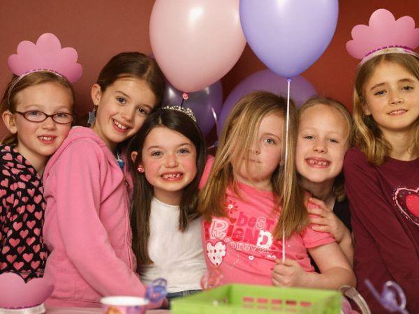 Non c'è bisogno di accendere un mutuo per organizzare una festa. Basta organizzarla in casa e bandire l'ansia: ai bambini interessa giocare e stare insieme. Ecco una selezione di giochi divertenti adatti a bambini da sei a otto anni.