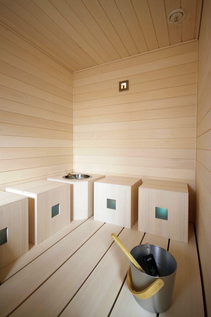 Lakka Kivitalo HausKaks:n saunassa perinteiset lauteet on korvattu neliönmallisilla jakkaroilla.