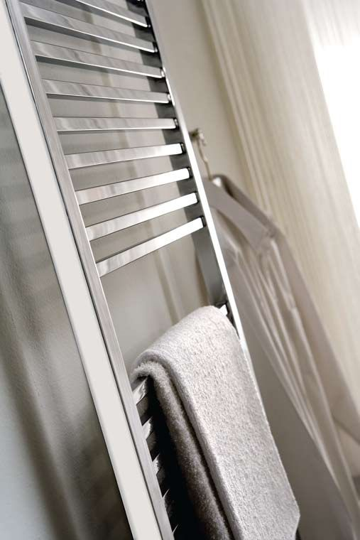 Le sèche-serviette design VD 1814 existe en chauffage central et... C'est un modèle vertical en acier qui se... Ce sèche-serviette est disponible en RAL ...