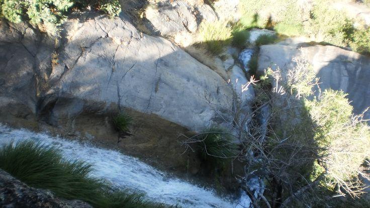 Cascada de la garganta de Honduras. Fotografía hecha en verano cuando el caudal es escaso. Al fondo se ve la sombra del fotógrafo y su acompañante.