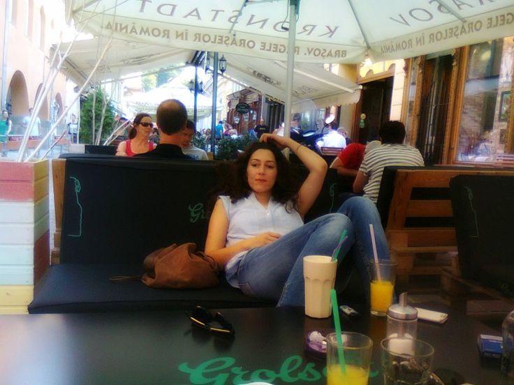 în august 2015, huzurind cum se cuvine, în Brașov, la ColajCafé Am rămas fără cafea, așa că azi am dat o fugă până în Lawrenceville, la Euro Gourmet Foods, magazinul de unde-mi cumpăr pufuleți făcuți la Băicoi, pateu de la Scandia Sibiu, semințe de floarea-soarelui (din Bulgaria, că din România n-am găsit). Și cafele, evident. ...