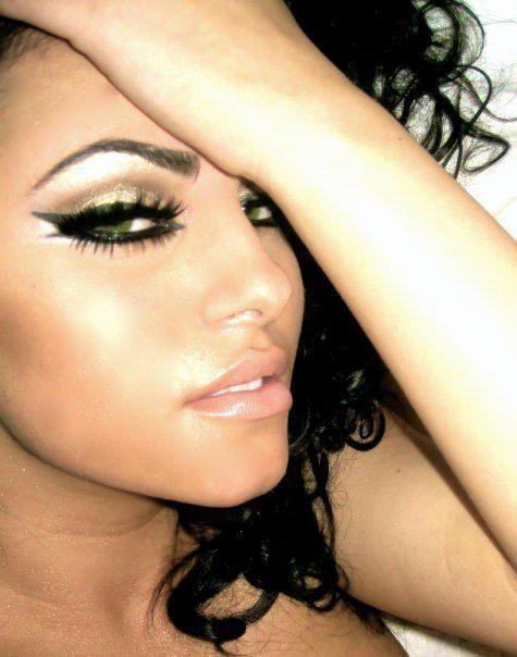 gold eyeshadow with black cat-eye liner. Subtly exotic. #Cleopatra