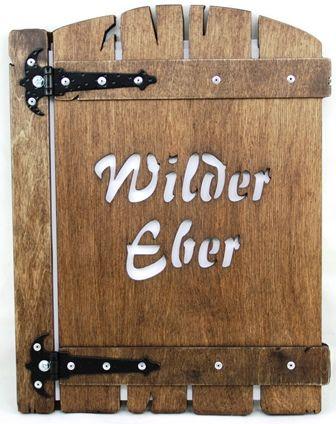 dřevěný jídelní lístek s vyřezaným logem