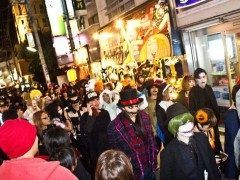 シモキタハロウィンは下北商店街で行われるアットホームなハロウィンイベント 街を上げてやっているので結構盛り上がっていますよ 仮装初心者さんも大歓迎 さらに毎年恒例なのはダースベーダー仮装 思い思いのダースベーダーが大集合しますよ 仮装に悩むという人はダースベーダーをおすすめ またお子さんにも優しいイベントです 親子で仲間とハロウィンをお楽しみください tags[東京都]