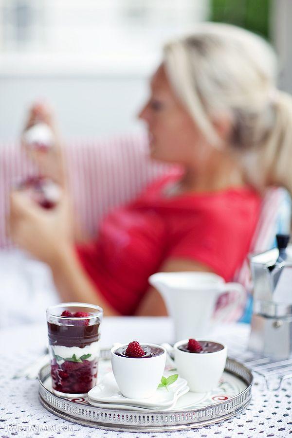 Mini desery z malinami, bitą śmietaną i musem czekoladowym   Kwestia Smaku