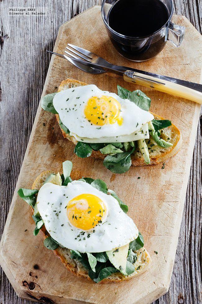 receta de huevos con aguacate sobre pan tostado. Receta con fotografías del paso a paso y recomendaciones de degustación. Recetas de huevos para...