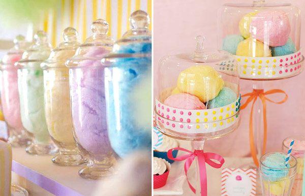 Algodão doce em redomas de vidro são ótimas maneiras de enfeitar a mesa de doces