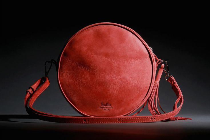 Červená dámská kabelka vyrobená z pravé kůže. Ručně vyrobená kožená kabelka s použitím strojního šití o průměru 22 cm. Možnost vlastního loga či nápisu.